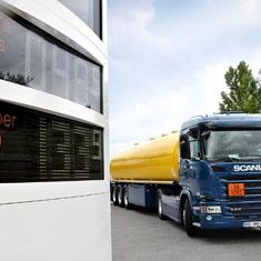Preissäule mit Tankwagen an einer Tankstelle