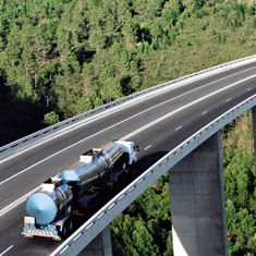 Camion cisterna en un puente