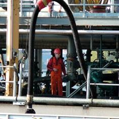Carga de un barco en un deposito de petroleo