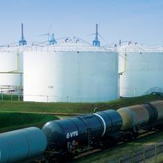 Deposito de petroleo y vagones cisterna