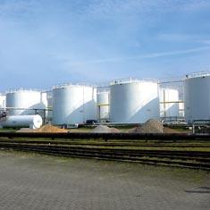 Deposito de petroleo y rieles